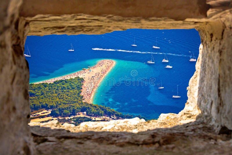 Vue aérienne de plage de rat de Zlatni par la fenêtre en pierre photo libre de droits