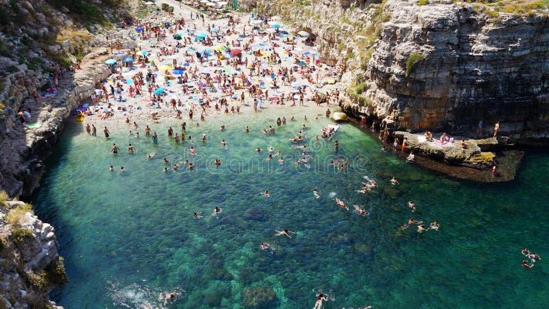Vue aérienne de Polignano une plage de jument et falaises, Pouilles, Italie du sud photo stock