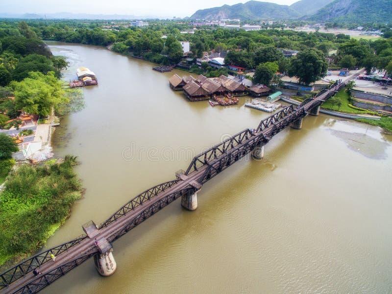 Vue aérienne de pont au-dessus de rivière Kwai dans Kanchanaburi, Thaïlande image stock