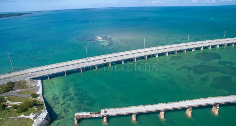 Vue aérienne de pont cassé et de route d'outre-mer en Bahia Honda photos stock