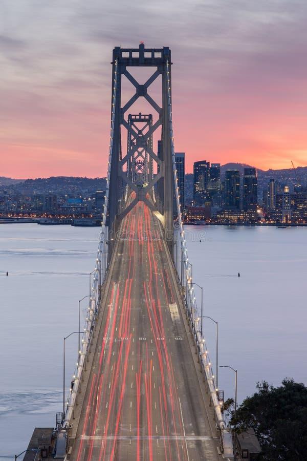 Vue aérienne de pont de baie de San Francisco-Oakland au coucher du soleil photo stock
