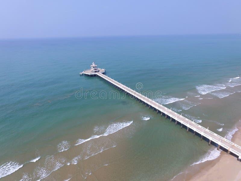 Vue aérienne de pont en jetée de phare dans la mer bleue photos stock