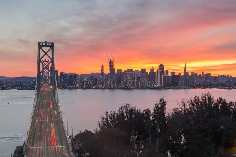 Vue aérienne de pont et de San Francisco Skyline, la Californie, Etats-Unis de baie de San Francisco-Oakland images stock