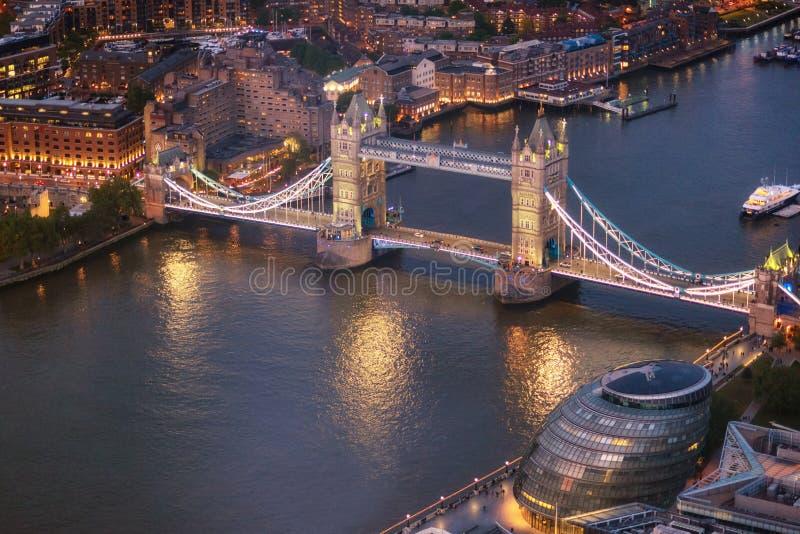 Vue aérienne de pont et de Tamise de tour à l'heure magique, Londres, Royaume-Uni image stock