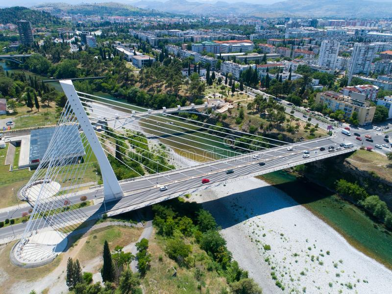 Vue aérienne de pont de millénaire au-dessus de rivière de Moraca à Podgorica photographie stock libre de droits