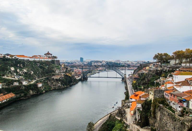 Vue aérienne de Porto, du Portugal et du pont métallique de Dom Luis au-dessus de la rivière de Douro 2010 novembre photographie stock libre de droits