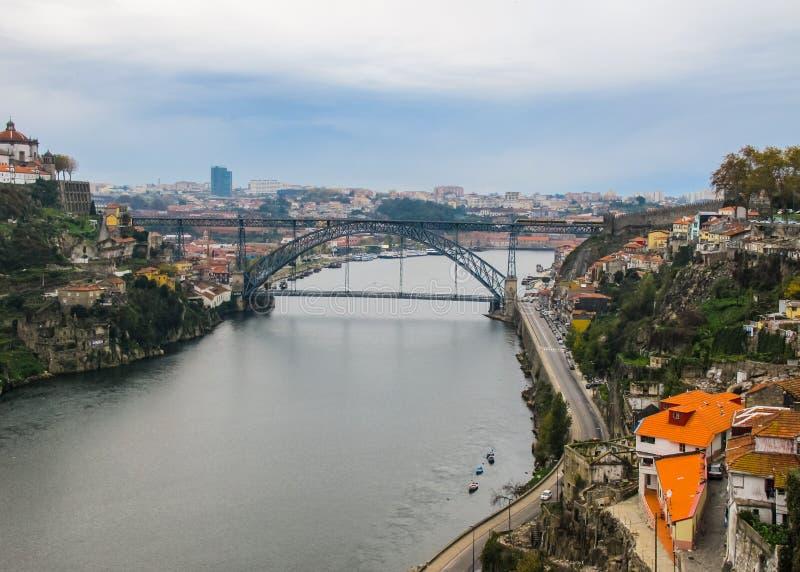 Vue aérienne de Porto, du Portugal et du pont métallique de Dom Luis au-dessus de la rivière de Douro 2010 novembre image libre de droits
