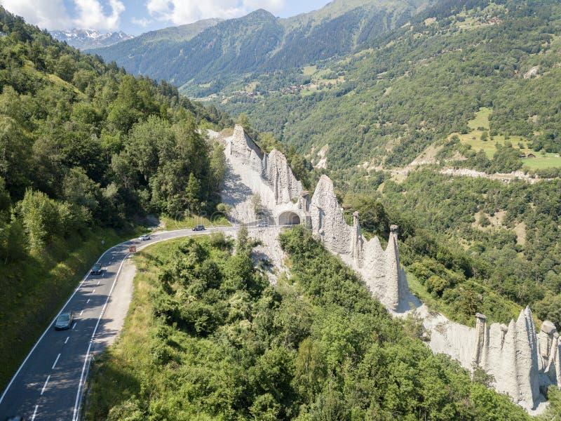 """Vue aérienne de Pyramides d """"Euseigne dans les Alpes suisses photo libre de droits"""