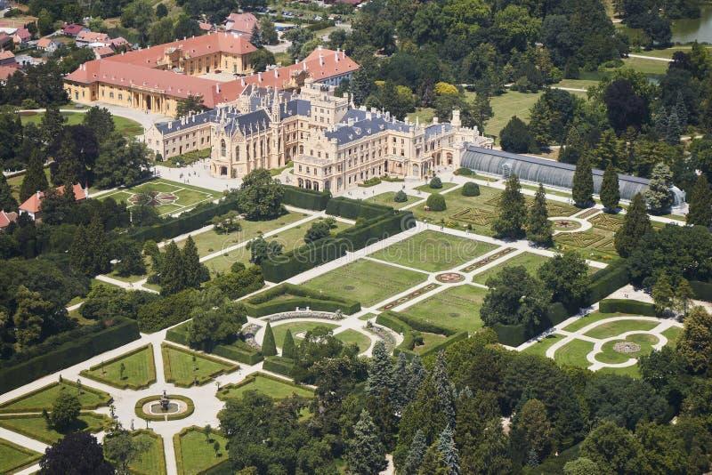 Vue aérienne de région de Lednice Valtice avec le château et un parc en Moravie du sud, République Tchèque photos libres de droits