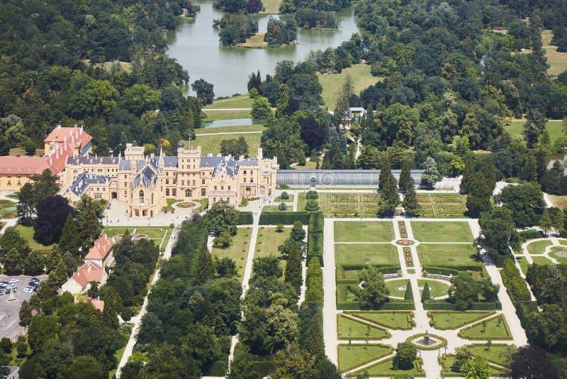Vue aérienne de région de Lednice Valtice avec le château et un parc en Moravie du sud, République Tchèque photos stock