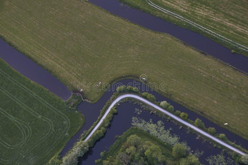 Vue aérienne de route courbant par le paysage de pré d'excavation de tourbe en Hollandes photos libres de droits