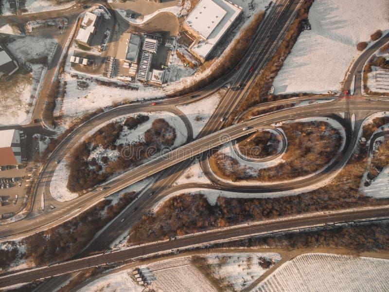vue aérienne de route et de dessus de toit à l'hiver image stock