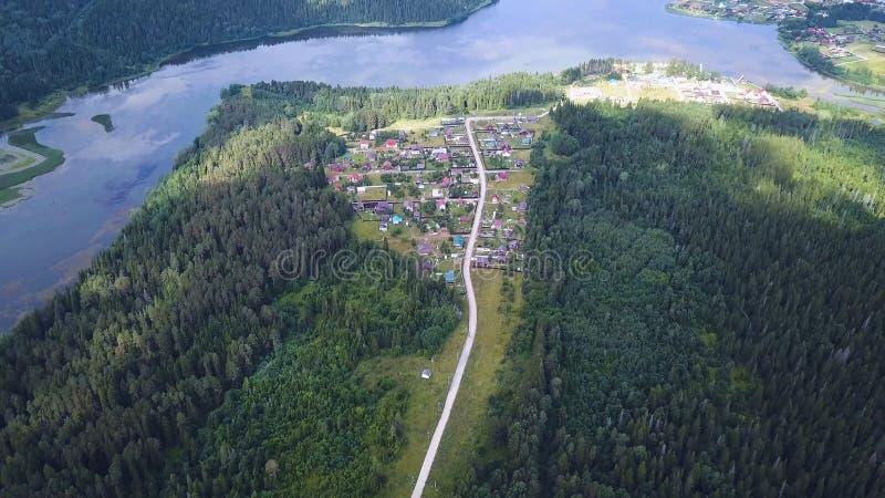Vue aérienne de route parmi la forêt et les arbres clip Vue supérieure aérienne aérienne au-dessus de route droite dans coloré photographie stock libre de droits