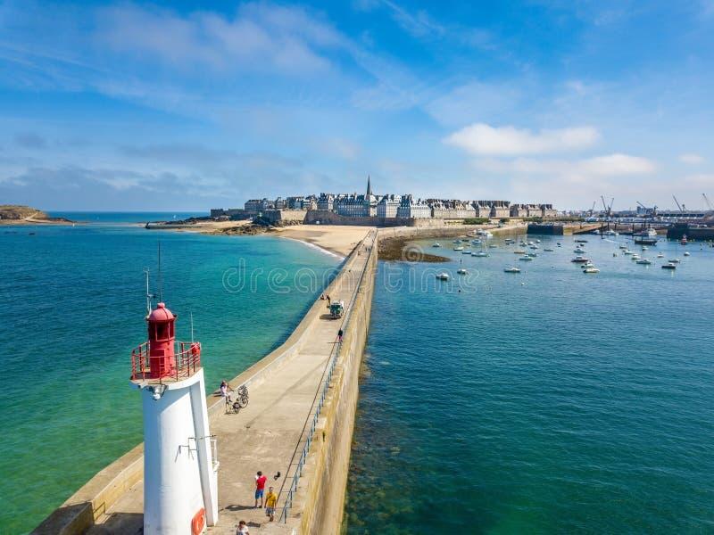 Vue aérienne de Saint Malo en Brittany France avec un phare dans le premier plan image stock