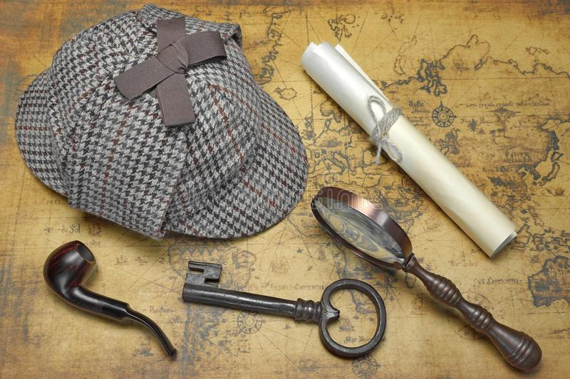 Vue aérienne de Sherlock Hat And Detective Tools sur la carte photo stock