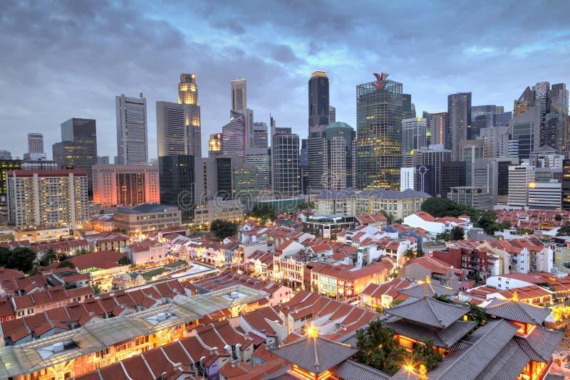 Vue aérienne de Singapour Chinatown avec l'horizon de ville au coucher du soleil image stock
