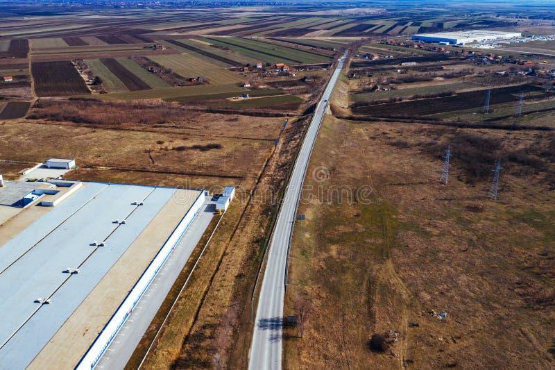 Vue aérienne de site industriel entourée par le champ cultivé photographie stock