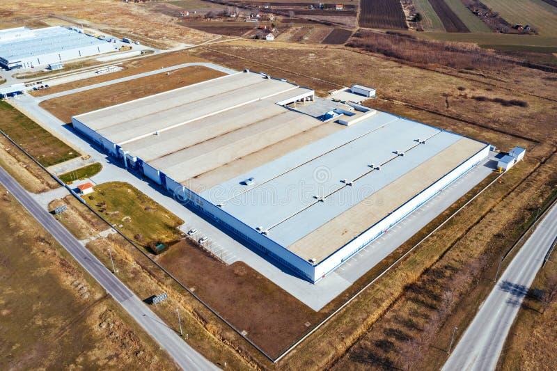 Vue aérienne de site industriel entourée par le champ cultivé photos stock