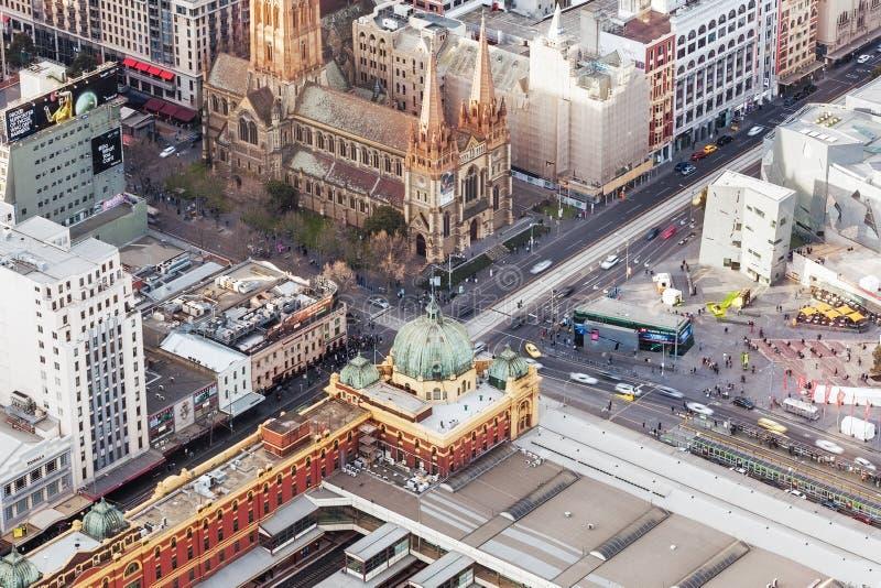 Vue aérienne de station de train de rue de Flinders et de cathédrale de St Paul images stock