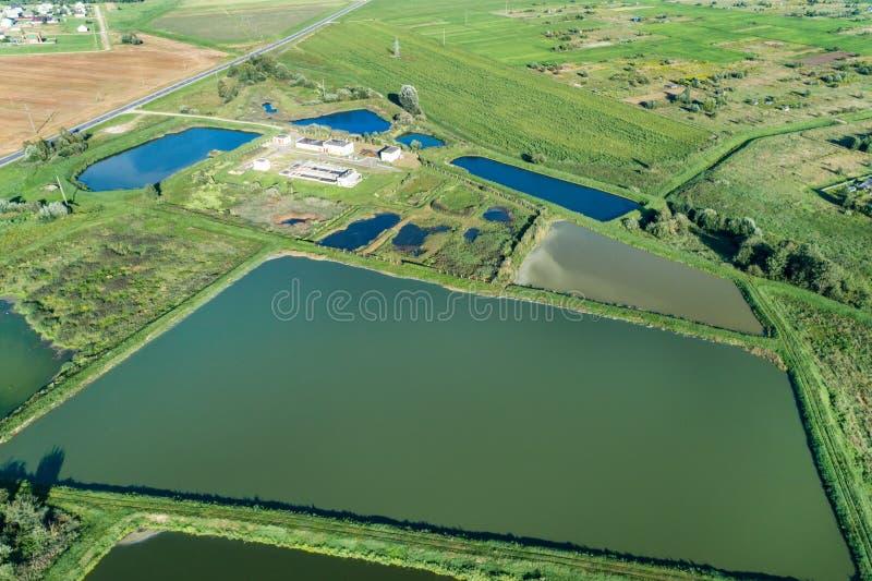 Vue aérienne de station ity pour le traitement des eaux résiduaires Beaucoup d'étangs avec de l'eau sale et nettoyé image stock