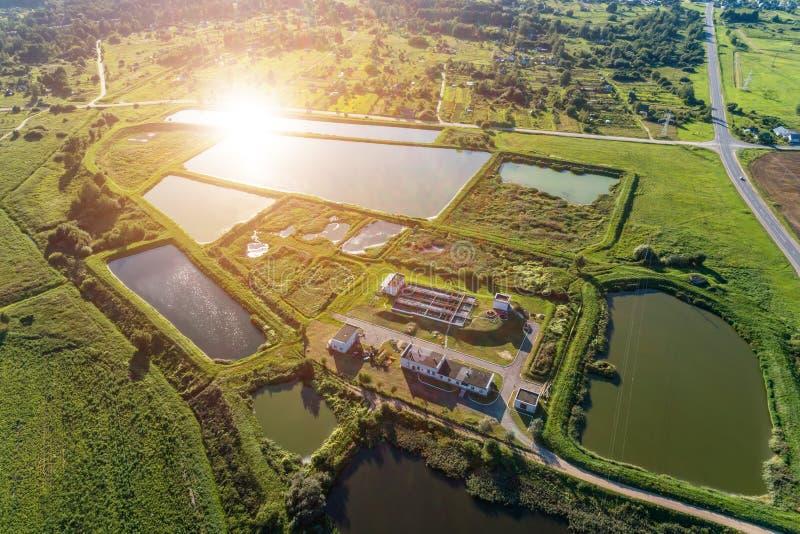 Vue aérienne de station ity pour le traitement des eaux résiduaires Beaucoup d'étangs avec de l'eau sale et nettoyé photos stock
