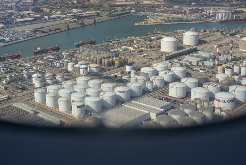 Vue aérienne de stockage Barcelone de dépôts de gas et de pétrole de pétrole image libre de droits