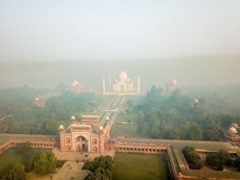 Vue aérienne de Taj Mahal dans l'Inde d'Âgrâ couverte de brouillard de matin photographie stock libre de droits