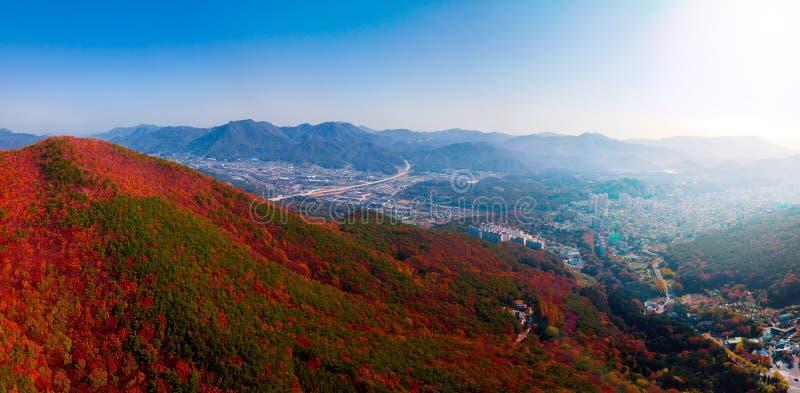 Vue aérienne de temple de Beomeosa à Busan Corée du Sud L'image se compose du temple situé entre la montagne couverte de coloré photo libre de droits