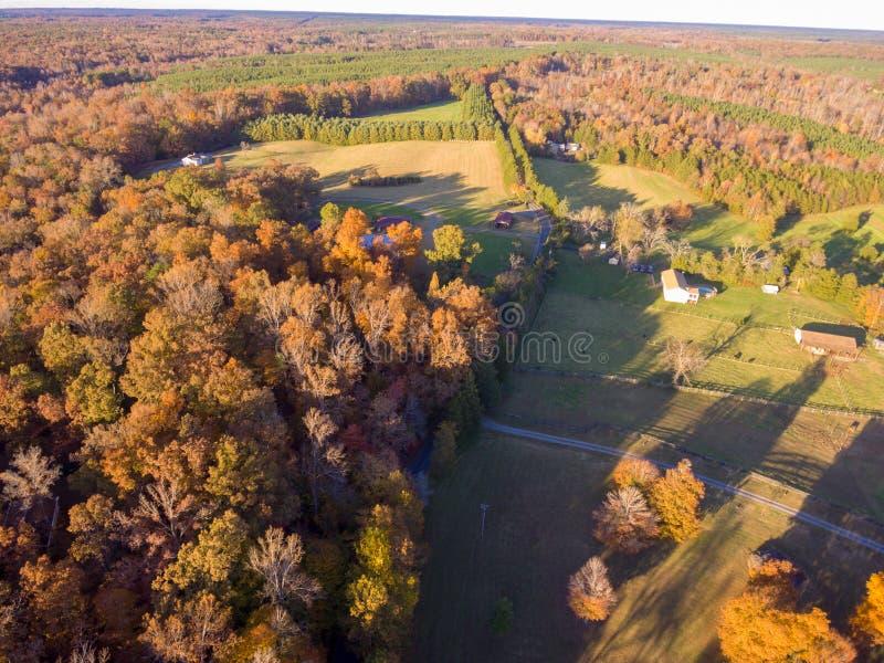 Vue aérienne de terre de ferme en automne photographie stock libre de droits