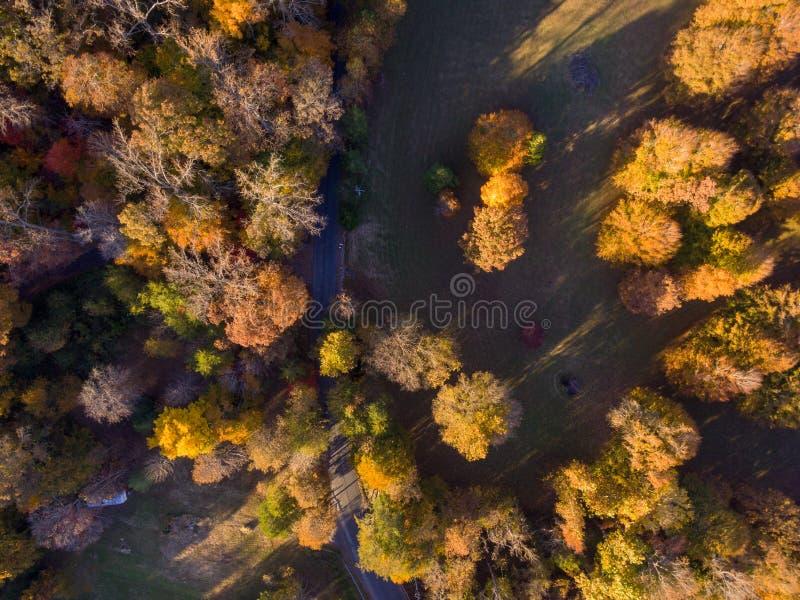 Vue aérienne de terre de ferme en automne photos libres de droits