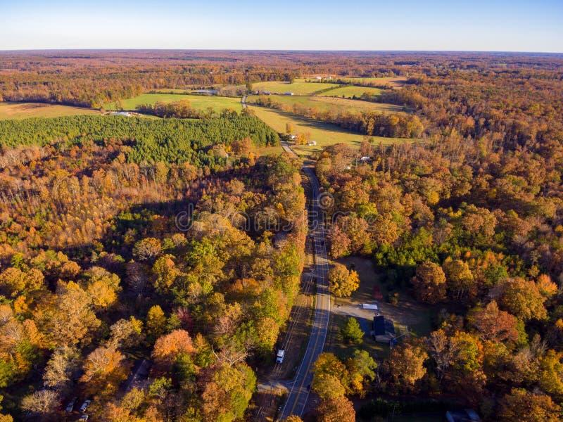 Vue aérienne de terre de ferme en automne images stock