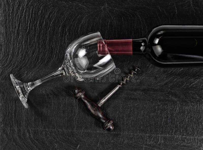 Vue aérienne de tire-bouchon de vintage avec la bouteille et le drin de vin rouge images stock