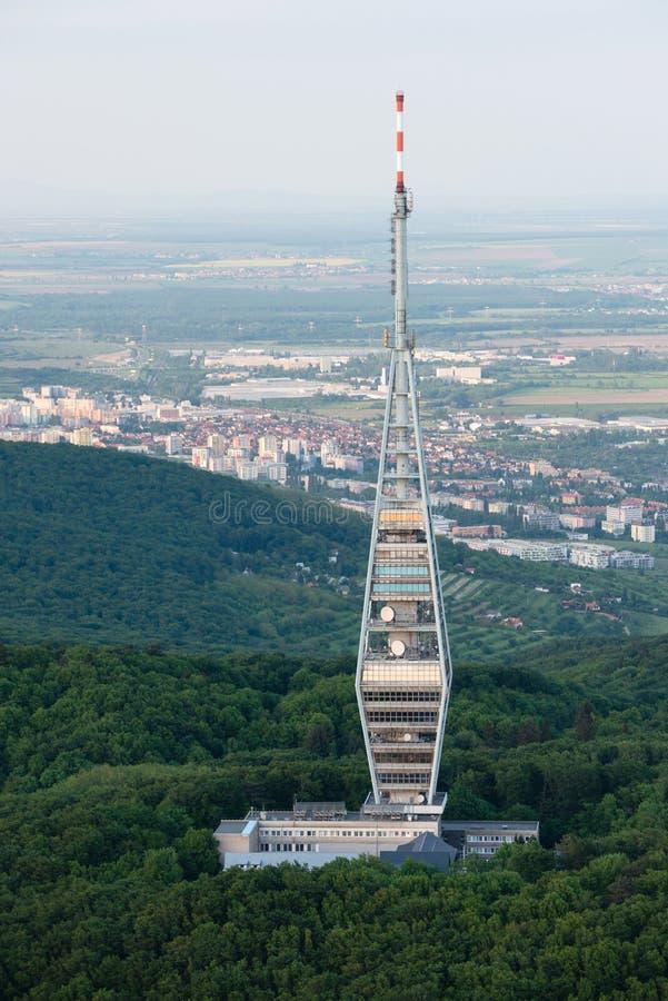 Vue aérienne de tour de transmission de Kamzik TV, Bratislava image stock