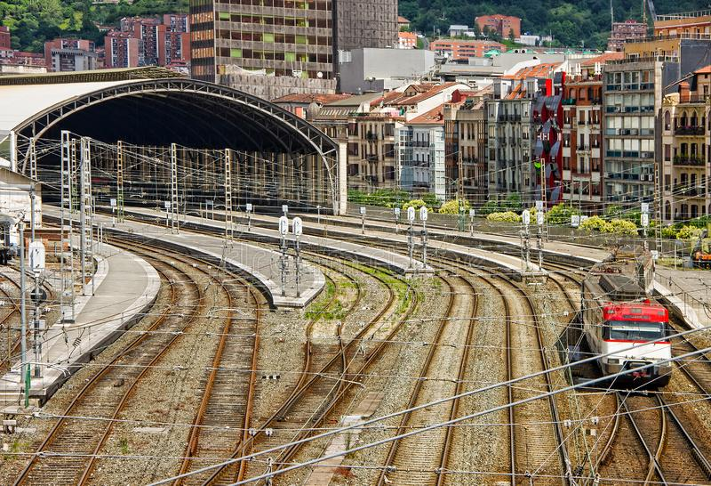 Vue aérienne de train locomotif fonctionnant le long des voies de chemin de fer et de la station de train à Bilbao, Espagne images libres de droits