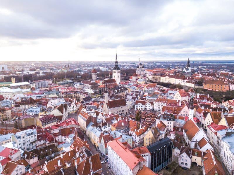 Vue aérienne de vieille ville historique de Tallinn un jour nuageux photo libre de droits