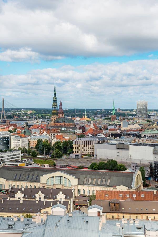 Vue aérienne de vieille ville de l'académie des sciences, Riga, Lettonie image stock