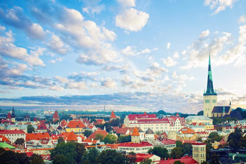 Vue aérienne de vieille ville de Tallinn dans un beau jour d'été Horizon de paysage urbain de point de repère de Tallinn, Estonie image stock