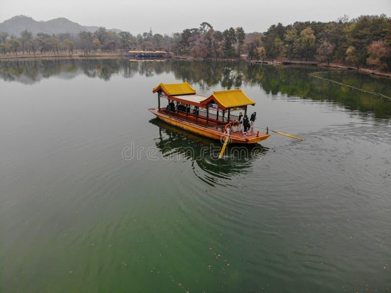 Vue aérienne de vieux bateau chinois sur le lac photo libre de droits