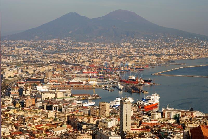 Vue aérienne de ville de Naples avec le support le Vésuve photo libre de droits