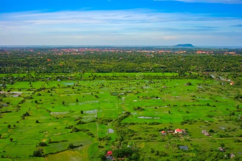 Vue aérienne de ville de Siem Reap et de champs, Cambodge photographie stock libre de droits