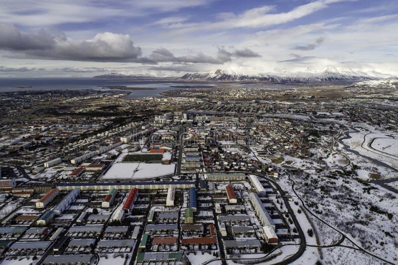 Vue aérienne de ville et d'Esjan de Reykjavik en hiver photo libre de droits