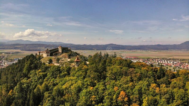 Vue aérienne de ville et de forteresse de Rasnov images libres de droits