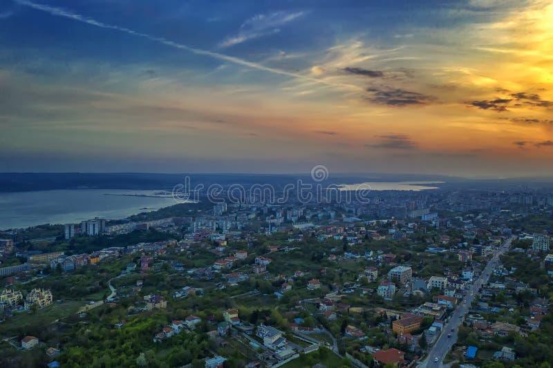Vue aérienne de ville et de mer de Varna au coucher du soleil photographie stock