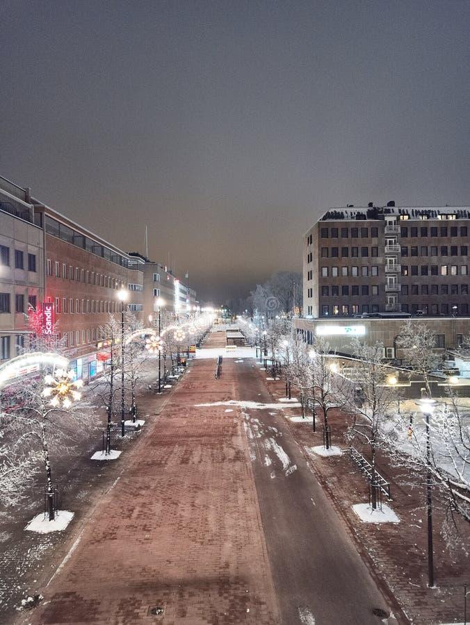 Vue aérienne de ville de nuit et rue de Siltakatu, paysage urbain d'hiver, rue passionnée et sans chauffage images stock
