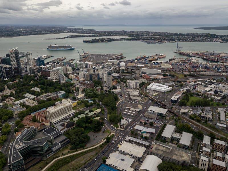 Vue aérienne de ville occupée d'Auckland avec les routes et le bateau de croisière dans le port image stock