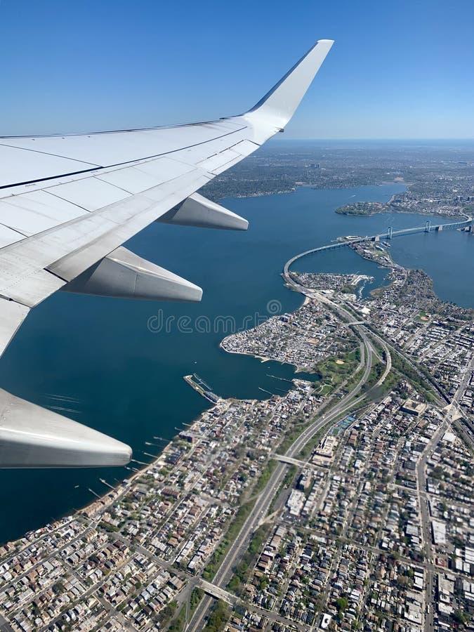 Vue aérienne de ville, de rivière, et de pont d'aile d'avion photo stock