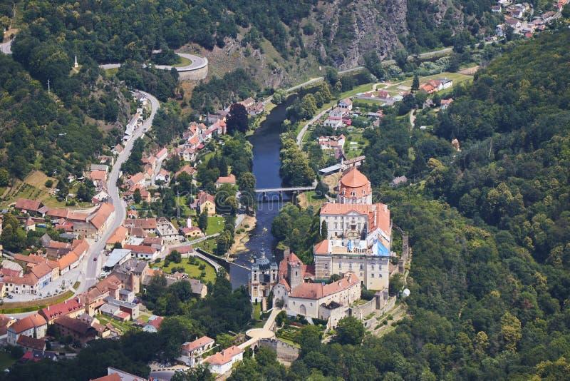 Vue aérienne de ville Vranov NAD Dyji avec le château et de rivière Dyje en Moravie du sud, République Tchèque photographie stock