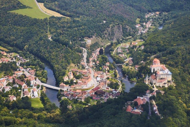 Vue aérienne de ville Vranov NAD Dyji avec le château et de rivière Dyje en Moravie du sud, République Tchèque photos libres de droits