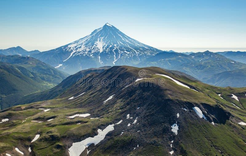 Vue aérienne de vol du Kamtchatka la terre des volcans et des vallées vertes photos stock