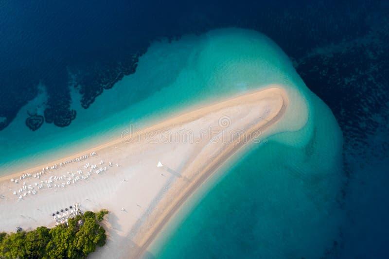 Vue aérienne de Zlatni Rat, Golden Cape, île de Brac, Croatie. Vue panoramique sur la mer Adriatique. Photo de drone photo stock